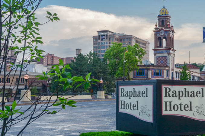 Raphael Hotel and Country Club Plaza